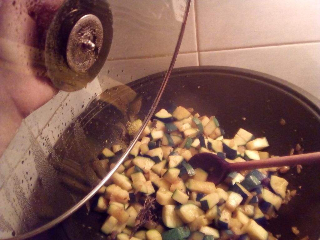 """Poêler les courgettes à feu assez fort en couvrant. En fin de cuisson, retirer le couvercle pour """"assécher"""" la poêlée, puis déglacer avec le jus d'orange. Laisser encore mijoter quelques minutes pour bien caraméliser le plat."""