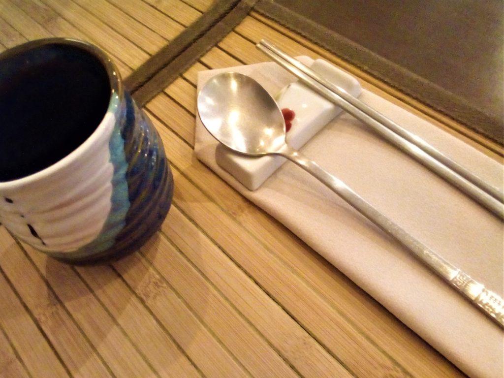 Couverts et vaisselle chics au Doshilack, le meilleur restaurant coréen de Lyon