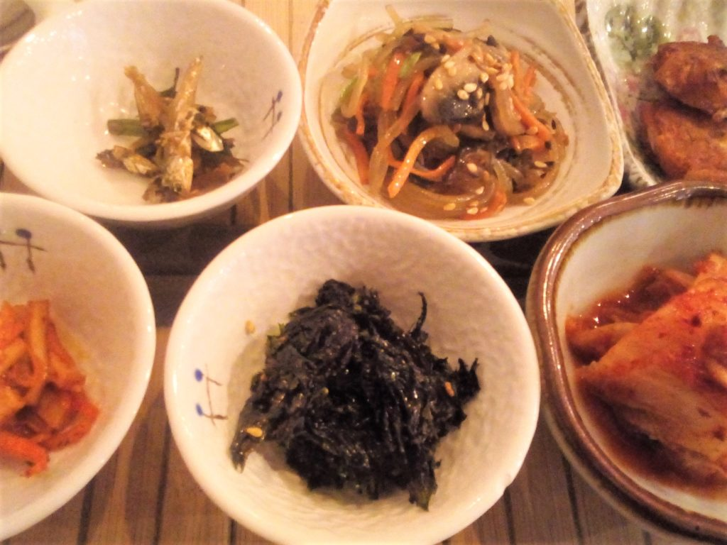 Les banchan sont des petits plats coréens qui accompagnent le plat principal, comme ici au restaurant Doshilack à Lyon.