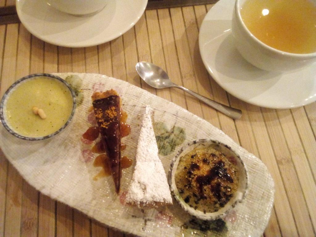 Autour de mon infusion de yuzu : tarte aux haricots rouges (mon coup de cœur d'amour), tiramisu au thé vert matcha (tout léger), crème brûlée au sésame noir (hhmmm) et surprenant moelleux à l'ambroise (plante de la famille de l'estragon que j'ai découverte à cette occasion).