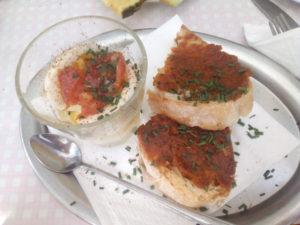 Oeuf mollet et toasts à la tomate dans cette assiette de brunch végétarien à Berlin, sur la Kastanienallee.