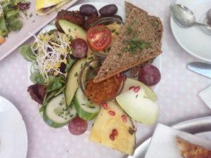 Assiette de légumes, tartines et fruits frais pour un brunch végane à Berlin.
