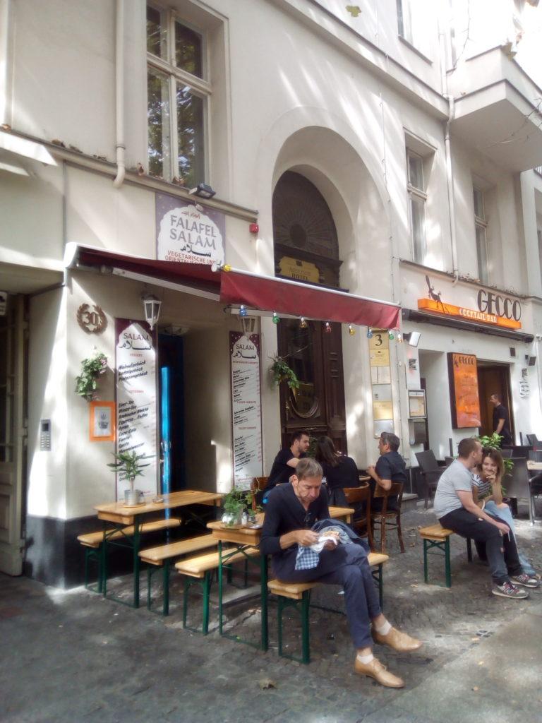 Salam, l'un des premiers restos de falafel à Berlin ! Une petite boutique sans prétention mais où les connaisseurs ne s'y trompent pas.