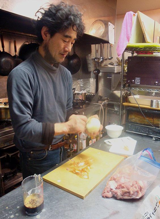 Ryu-chan, le chef du resto associatif de Yufuin, était très pédagogue. J'ai appris des milliers de choses sur la cuisine grâce à lui ! Il était comme un gentil hobbit japonais... ^^