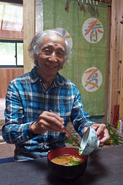 Charley-san prépare des nouilles kitsune udon, une recette japonaise traditionnelle au tofu mariné et au bouillon dashi