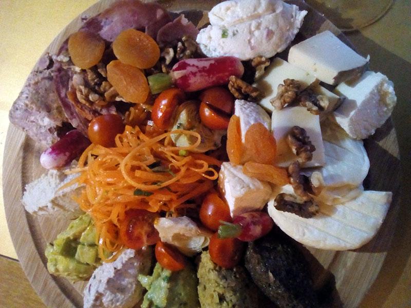 La grande planche mixte : indétrônable !! Pour 15,50 €, on mange largement à trois personnes, voire quatre... Ici : fromages variés, fameuse cervelle des canuts, charcuteries locales, fruits secs, salade de carottes, caviar d'artichaut, rillettes de thon, guacamole, fondue de poireaux, tapenades verte et noire, tomates cerises et radis croquants. Tout est MAISON, bien-sûr !!