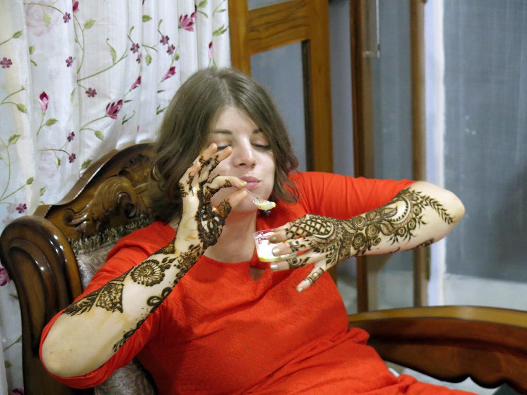 Pas facile de se régaler avec les laddu quand on doit laisser sécher le henné plusieurs heures ;)