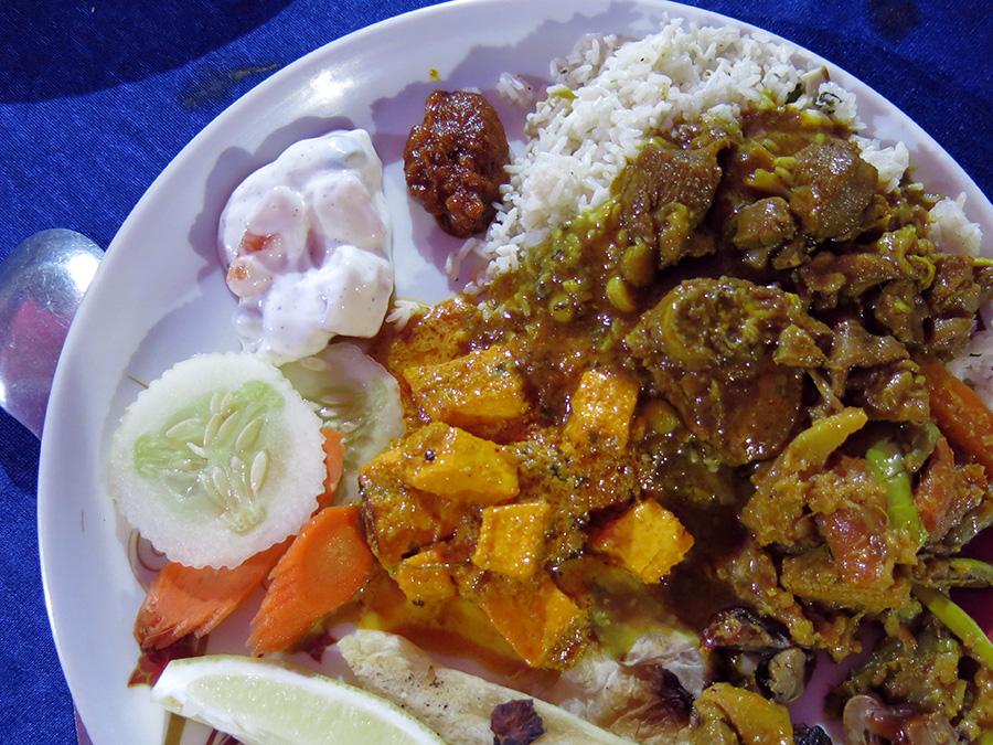 """Il y avait beaucoup de choix et de quoi se faire de belles assiettes (ou """"thalis"""") ! Chutney, currys de viande ou végétariens, légumes crus, riz parfumé..."""
