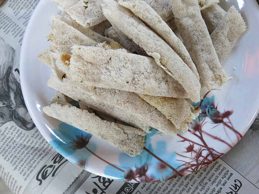 Pour le dessert, il y avait ces délicieux snacks à la noix de coco dont Louise raffole ;) Il s'agit de petites crêpes très fines, séchées et probablement faites à base de riz. Elles étaient fourrées à la noix de coco torréfiée...
