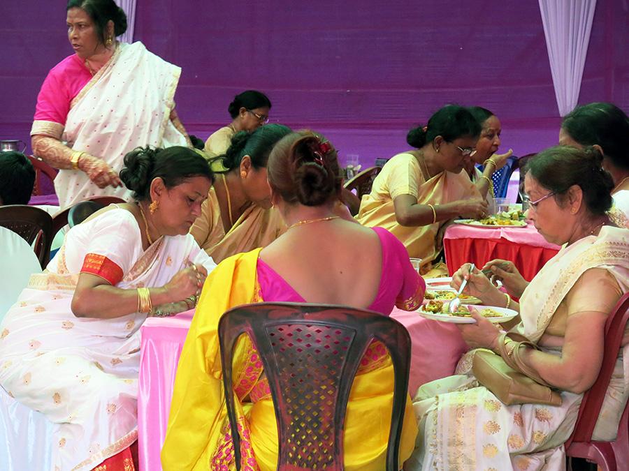 Après s'être servis au buffet, les invités restaient à peine cinq minutes à table !