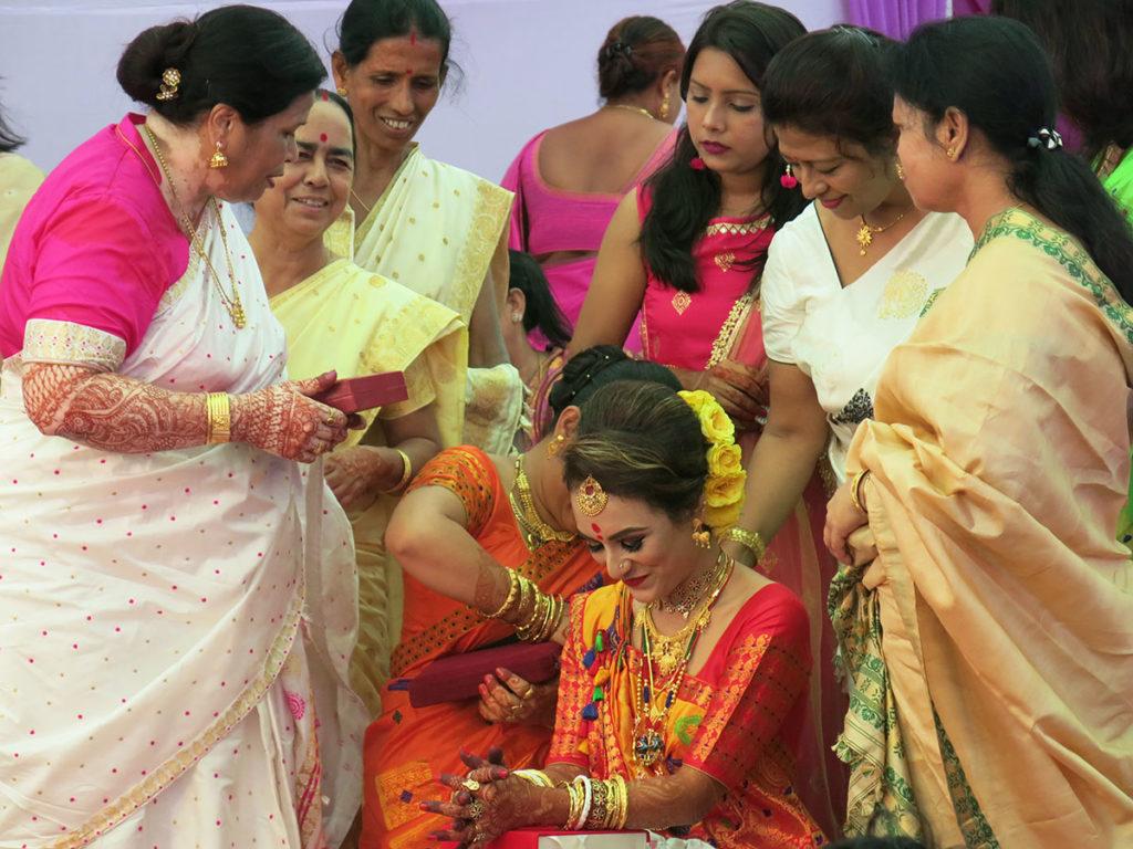 C'est ainsi que nous avons découvert la belle fiancée Plabita. Toutes les femmes de la famille de Dipankar s'affairaient autour d'elle pour la couvrir des cadeaux de mariage rituels, censés lui permettre de se préparer pour la cérémonie : innombrables bijoux en or typiques de l'Assam, saris en soie assamaise de toutes les couleurs et même maquillage et lotions.