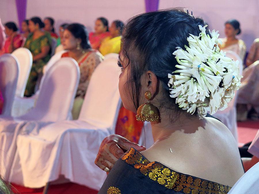 Tout le monde s'était fait très beau, bien-sûr. Flora portait un sari traditionnel pour la première fois et avait même mis des fleurs fraîches dans ses cheveux ! C'est une grande coquette ;)
