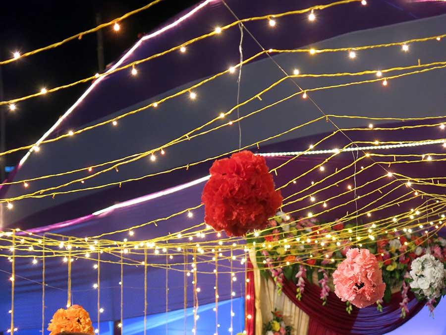Le soir venu, nous rejoignons le grand chapiteau où avait eu lieu l'échange de cadeaux avec la mariée. La déco était magnifique.