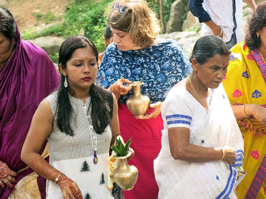 Le premier rituel de la journée incombait aux femmes : nous nous sommes rendues en procession à un temple spécial, munies de vases spéciaux. En tant qu'invitées d'honneur, nous étions entièrement partie prenante :)