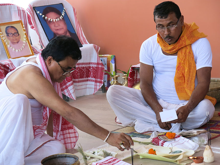 Voici à gauche le papa de Dipankar (très gentil d'ailleurs, une vraie crème comme ses deux fils !) et à droite le prêtre. Ils sont occupés à demander la bénédiction des ancêtres de Dipankar pour ce mariage.