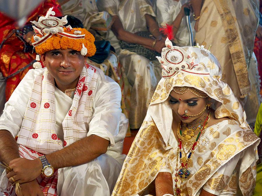 Les mariés étaient coiffés des couronnes traditionnelles. Plabita avait adopté la posture typique de la mariée humble, qui doit garder les yeux baissés pendant toute la cérémonie...