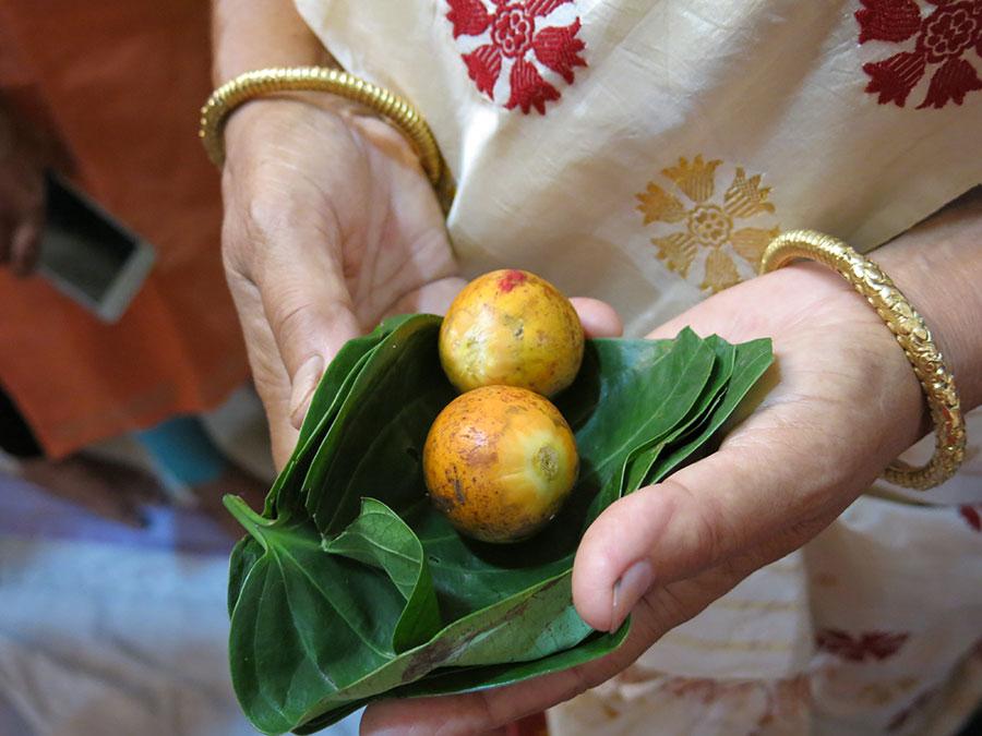 Tout au long de la journée, nous avons également utilisé des feuilles de bétel et noix d'arec. Offrandes traditionnelles, elles étaient omniprésentes dans les différents rituels.