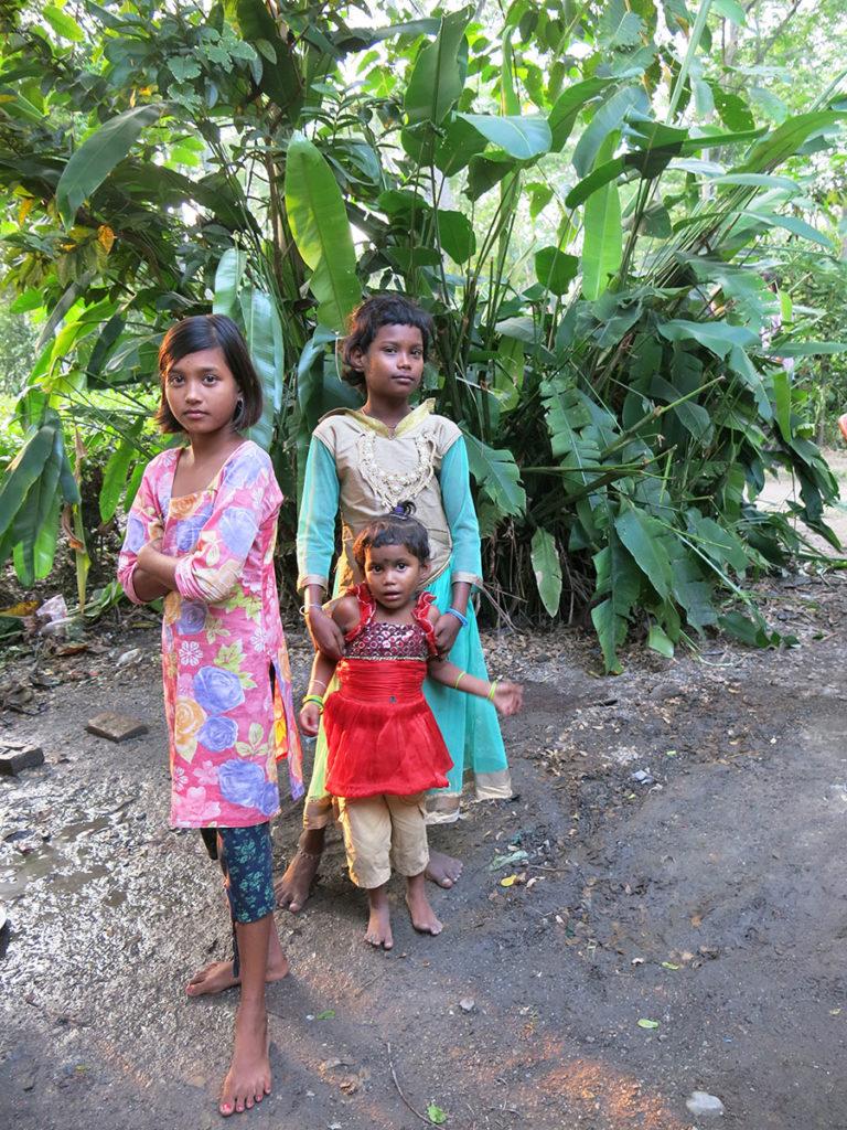 Tout le monde s'était mis sur son 31. Ces petites filles étaient toutes fières de se faire photographier dans leurs beaux habits de fête ! Mais leurs pieds témoignent quand même de la condition modeste des habitants de ce petit village...