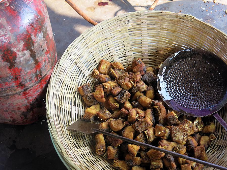 Il y avait du poisson de rivière frit, un plat traditionnel de l'Assam, indispensable au banquet de mariage