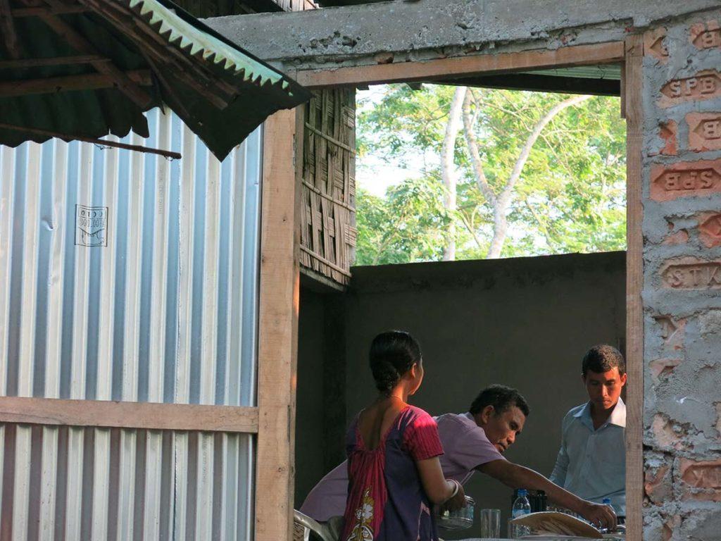 Deuxième surprise : M. Narzari, au milieu sur la photo, nous a aussitôt fait servir un superbe repas du soir dans la grange.
