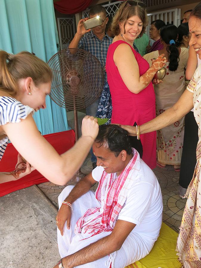 En revenant du temple, Dipankar nous attendait sur le seuil de la maison pour se faire bénir et asperger par toutes les femmes. Difficile de ne pas rigoler ;)