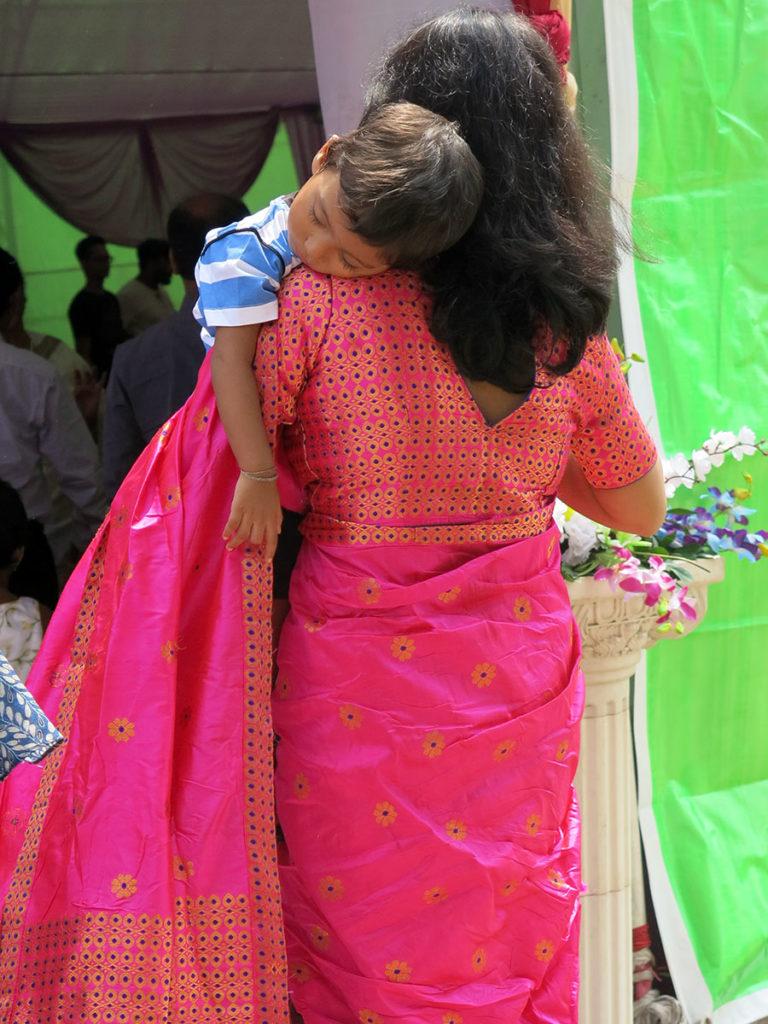 Les nombreuses tantes de Dipankar, qui étaient d'ailleurs super gentilles avec nous, avaient chaque jour un sari en soie différent. Ceux de cette tante-là étaient tous plus sublimes les uns que les autres !!!
