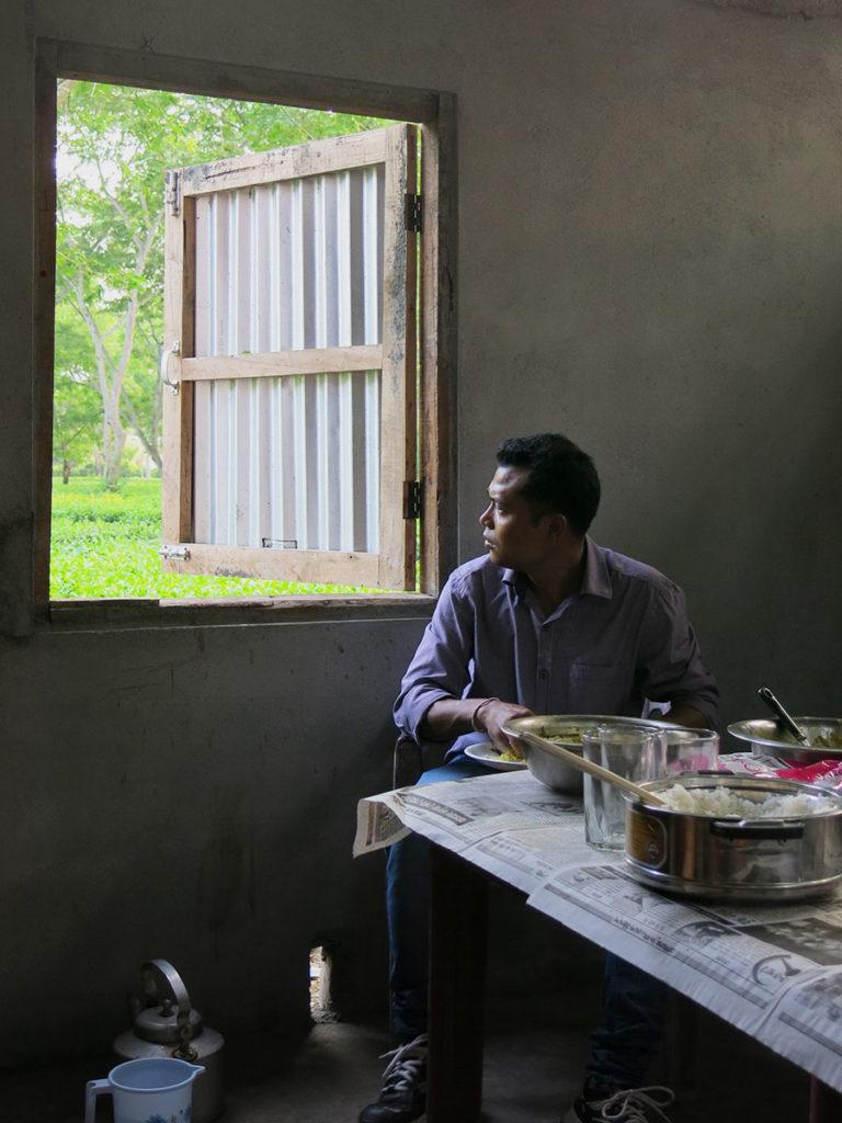 On mangeait sur nos genoux, comme souvent. A chacun de voir s'il préférait utiliser les couverts ou ses doigts... (la plupart des Assamais utilisent leurs doigts) Le petit pichet d'eau posé par terre servait à se rincer les doigts par la fenêtre, qui donnait directement sur les champs de thé.