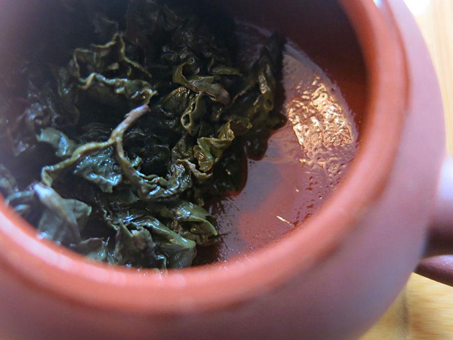 Au fil des cérémonies du thé, la théière en terre cuite de Yi Xing absorbe les tanins et parfums du thé.