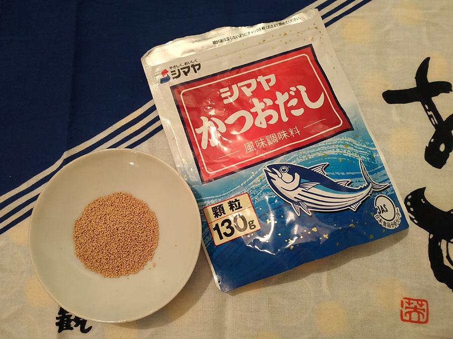 Très peu de Japonais prennent encore le temps de faire leur propre bouillon dashi. Dans 99 % des cas, on utilise du dashi en granules qui, par l'aspect comme par l'odeur, ressemble à de la nourriture pour poissons rouges xD