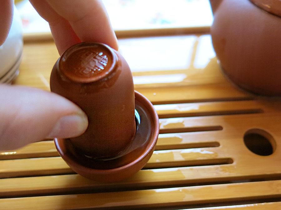On retire délicatement la tasse à sentir et le thé s'écoule dans la tasse à boire. Glouglouglou... C'est très ludique !