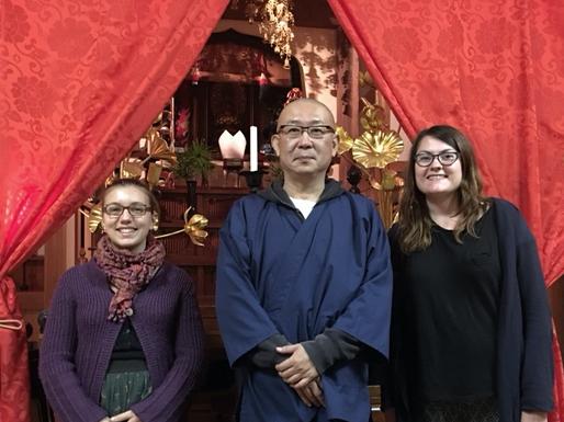 Lorsque j'ai séjourné dans la campagne japonaise en 2016 avec mon amie Margot, nous avons eu le plaisir de participer à une méditation zen dans le temple bouddhiste du village. Le prêtre était adorable, très accueillant et fier de nous faire une visite guidée particulière !