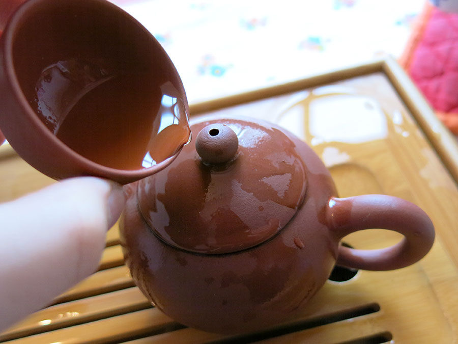 On arrose sans cesse la théière, avec de l'eau chaude, du thé, de l'eau de rinçage des feuilles... Cela permet à la fois de la maintenir à température et de la parfumer.