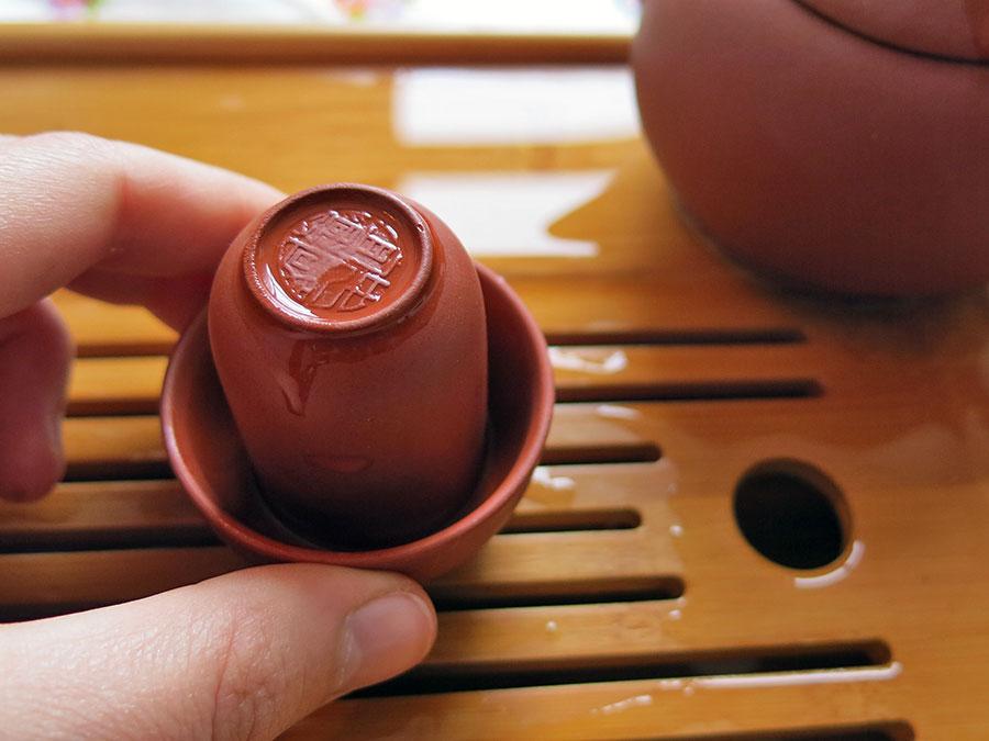 Hop ! C'est retourné. Le thé chaud est maintenant prisonnier dans la tasse à sentir.