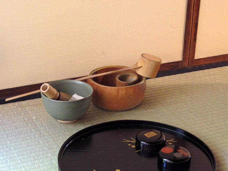 Comme vous pouvez le voir, les ustensiles du cha no yu japonais ont une esthétique bien différente de ceux du gong fu cha. Pour commencer, le bol doit contenir au moins dix fois plus de thé !