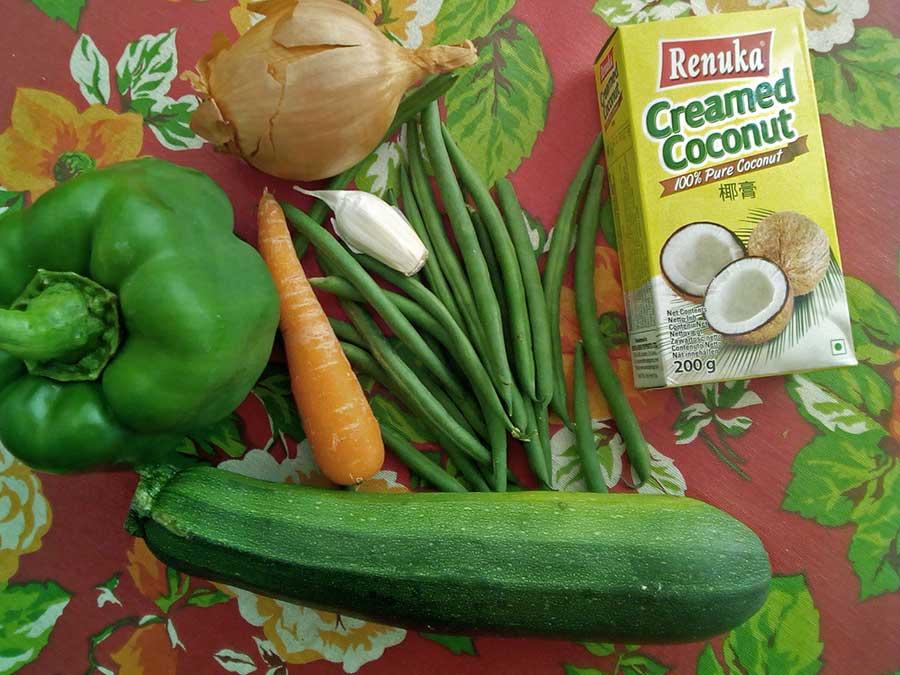 Un des plats que je prépare le plus souvent : le curry de légumes thaï, à base de lait de coco et de pâte de curry. Crémeux, riche en goûts complexes et accompagné de riz, il n'a pas besoin de la moindre protéine animale pour constituer un plat de fête...