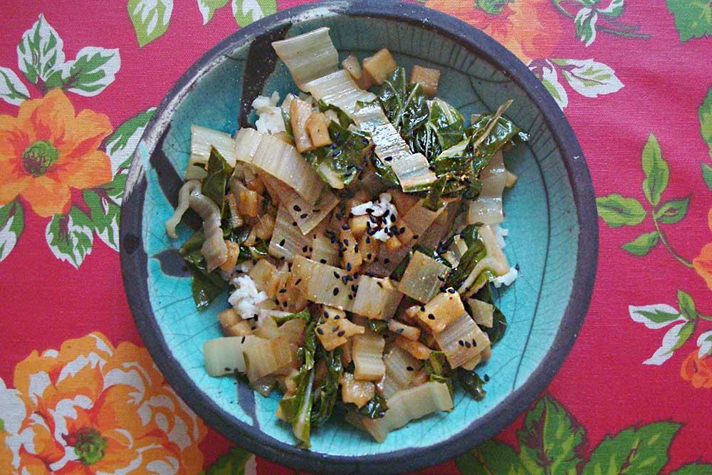 Cette poêlée de blettes est délicieuse sur un riz basmati. La petite touche finale au moment du service : une pincée de sésame noir, pour le goût et la déco...