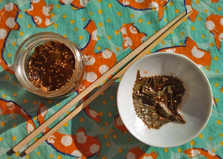 Les Coréens adorent préparer leurs propres aromates en faisant mariner toutes sortes de choses. Ici, il s'agit de délicieuses feuilles de shiso, une plante aromatique qui a un peu l'aspect de l'ortie. Elle est surtout connue parce qu'on en retrouve dans les plats de sashimi japonais. J'adore ça, ça a un petit goût résineux et piquant qui tire sur le cumin... Et en l'occurrence, j'ai suivi une recette coréenne en le faisant mariner avec de la sauce soja, du sucre, du piment et du sésame. Le résultat est un goût d'une grande richesse, qui n'a rien à envier aux meilleures sauces de viande.
