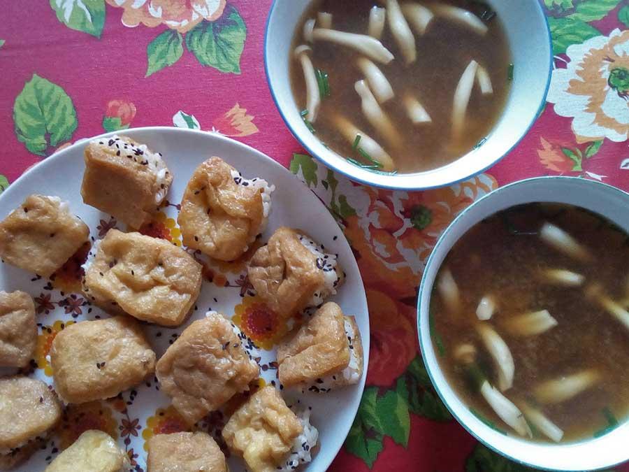 """Le soja s'utilise vraiment de PLEIN de façons. Une forme moins connue mais très utilisée au Japon, c'est le soja frit puis mariné, appelé """"kitsune"""" ou """"inari"""". Ici, je l'avais fourré au riz vinaigré pour faire de délicieux sushi véganes :) Assaisonnés de grains de sésame noir et servis avec une soupe miso aux champignons (végane, bien-sûr)."""