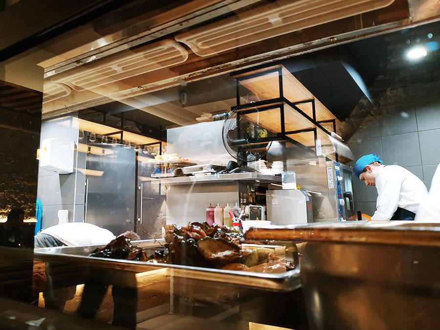 Pour notre premier repas au Culina Hortus, nous avons eu beaucoup de chance : nous avons été placées tout contre la cuisine ouverte ! Selon moi, c'est un véritable plus. Et la cuisine était IM-PEC : pas une miette qui traînait...