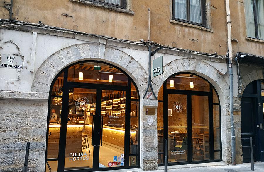 """Le """"Culina Hortus"""" se situe rue de l'Arbre-Sec, près de l'Hôtel de Ville de Lyon. Le bâtiment ancien a été rénové en 2018 avec, je trouve, beaucoup de goût. L'intérieur du restaurant, tout en pierre et bois, forme un cocon à la fois élégant et chaleureux."""