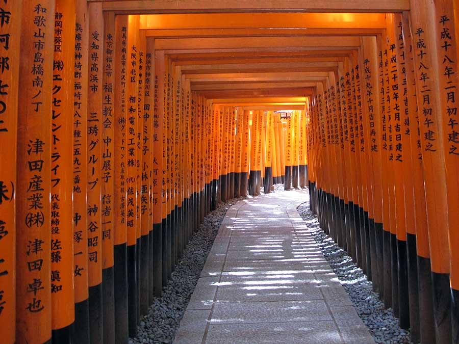 Au temple Fushimi Inari, près de Kyoto, les fidèles viennent prier le dieu de l'argent et des affaires. Peut-être pourrions-nous faire de même quand nous économisons pour nos voyages ;)