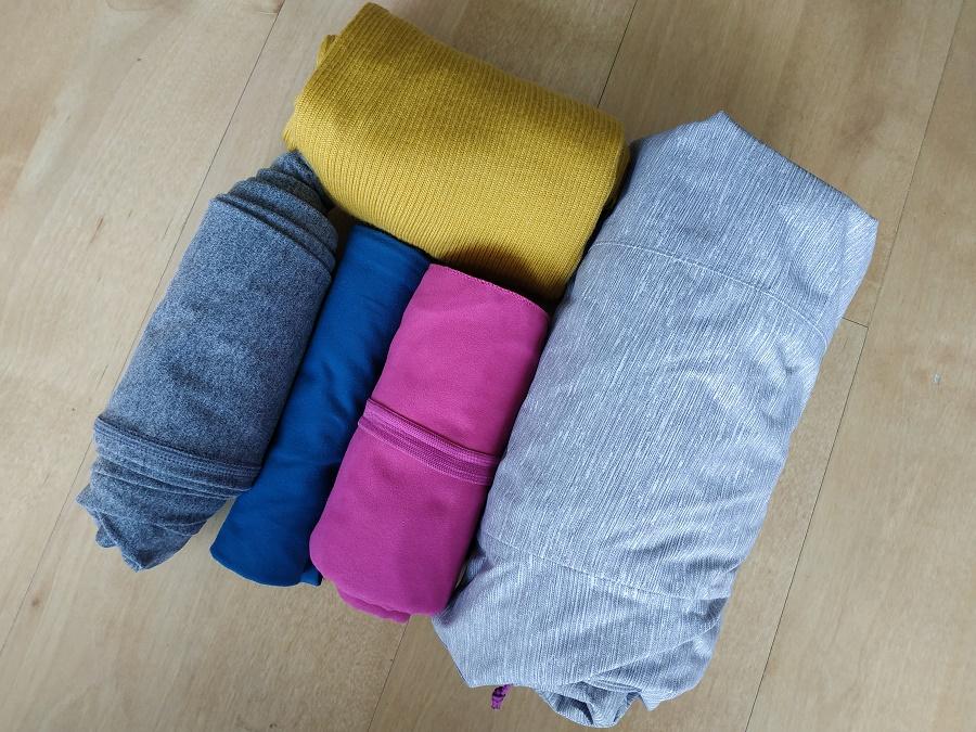 Rien de tel que rouler ses vêtements pour les rendre plus compacts, les retrouver facilement dans le sac et éviter qu'ils se froissent ! On a là un coupe-vent, un pull, un pantalon, un débardeur et une serviette.