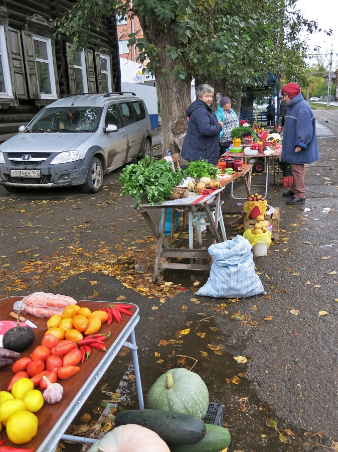 Nous avons aussi fait une razzia chez ces petites dames qui vendaient de délicieux légumes de leur jardin, ainsi que des confitures maison.