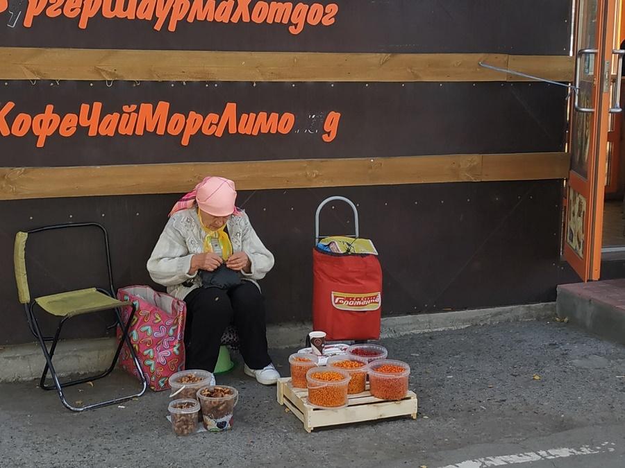 """Il y avait aussi des petites babouchkas """"pirates"""", qui n'avaient pas de stand à proprement parler. Assises sur une petite chaise pliante, elles vendent des produits de leur jardin, voire glanés dans la nature. Celle-ci vendait des produits bien de saison : champignons et baies, dont les très populaires baies d'argousier."""