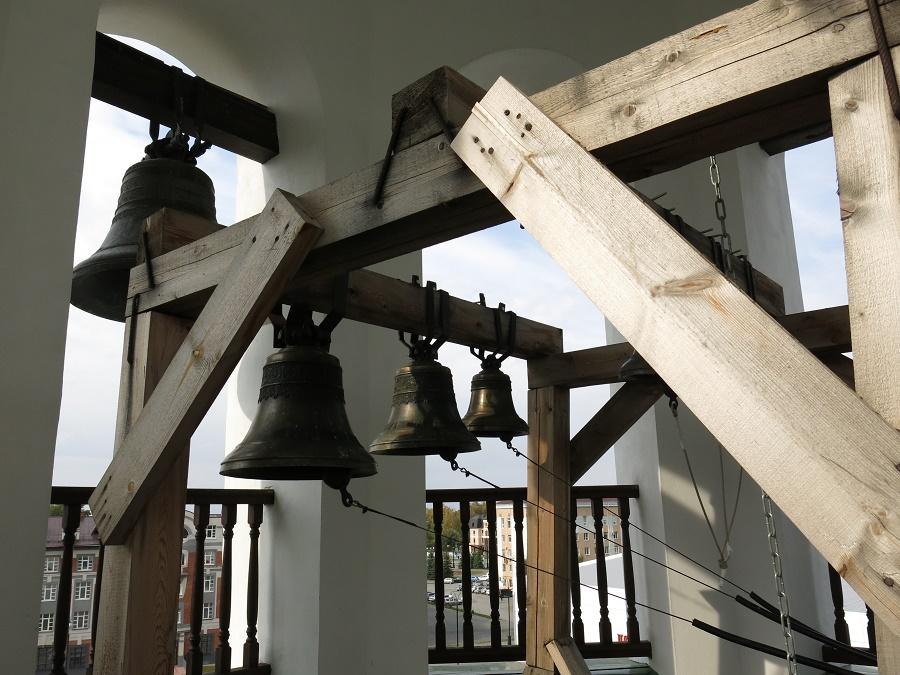 C'est ainsi que le gentil Alexeï m'a emmenée tout en haut du clocher, où il m'a encouragée à faire des photos. Puis, toujours à ma grande surprise, il m'a proposé de faire sonner les trois cloches du carillon ! Pas trop fort, pour qu'on ne l'entende pas trop de la rue, mais suffisamment pour apprécier les trois notes différentes... Puis, après qu'on soit redescendus, j'ai eu droit à une petite visite guidée de cette église du XVIIIe, toujours via Google trad'. Trop chouette. Merci Alexeï !!