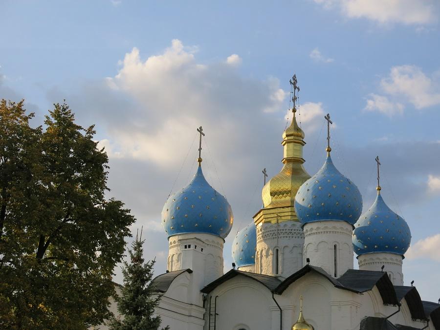 Comme Moscou, Kazan possède un joli kremlin (enceinte fortifiée). Celui-ci est entouré d'une muraille blanche et a la grande particularité de réunir une cathédrale orthodoxe (ci-dessus) et une mosquée (ci-dessous). Lorsque j'ai visité la cathédrale Ste Sophie au coucher du soleil, un office était en cours et l'église résonnait du chant du chœur, tandis que flottait l'odeur de l'encens. La lumière chaude du couchant entrait par la porte ouverte et faisait miroiter l'or des icônes... C'était un moment d'une grande douceur et d'une grande beauté.