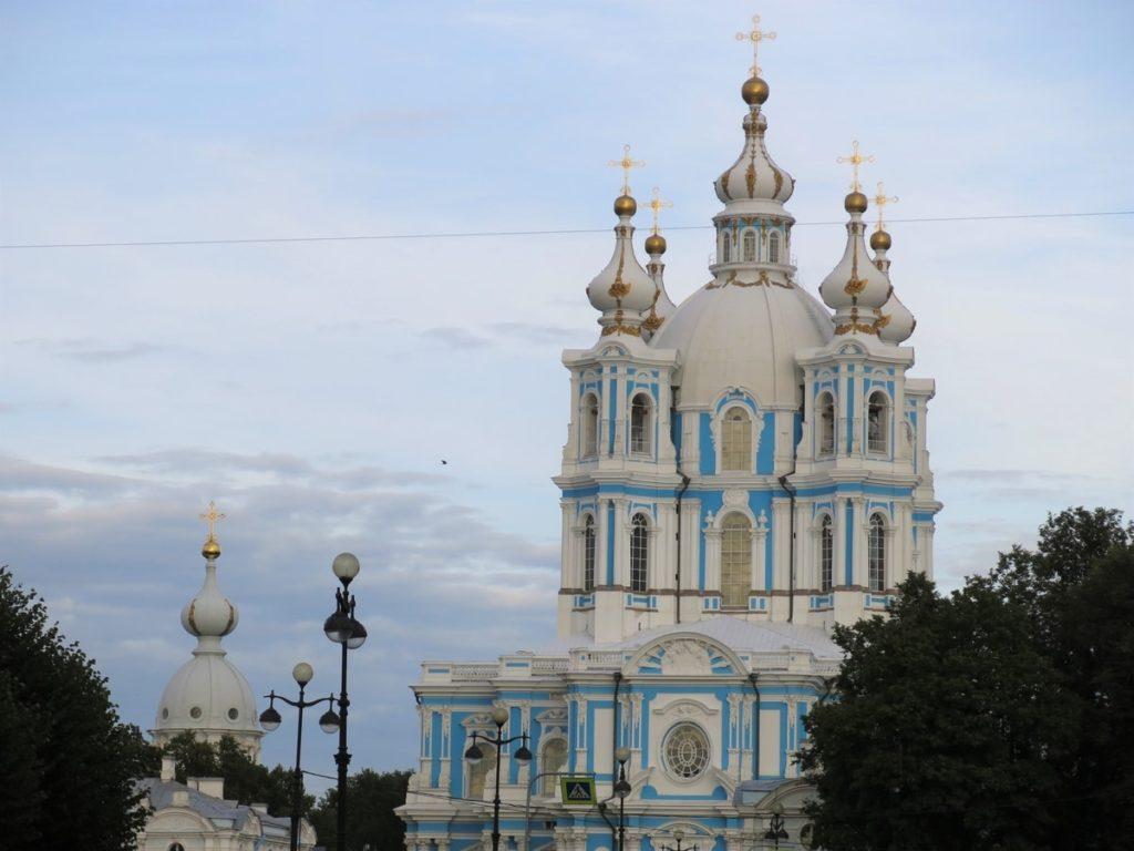 Dans le couchant, j'ai découvert la cathédrale Smolny, où la grosse cloche sonnait 18h en faisant vibrer tout le quartier et s'envoler les oiseaux...