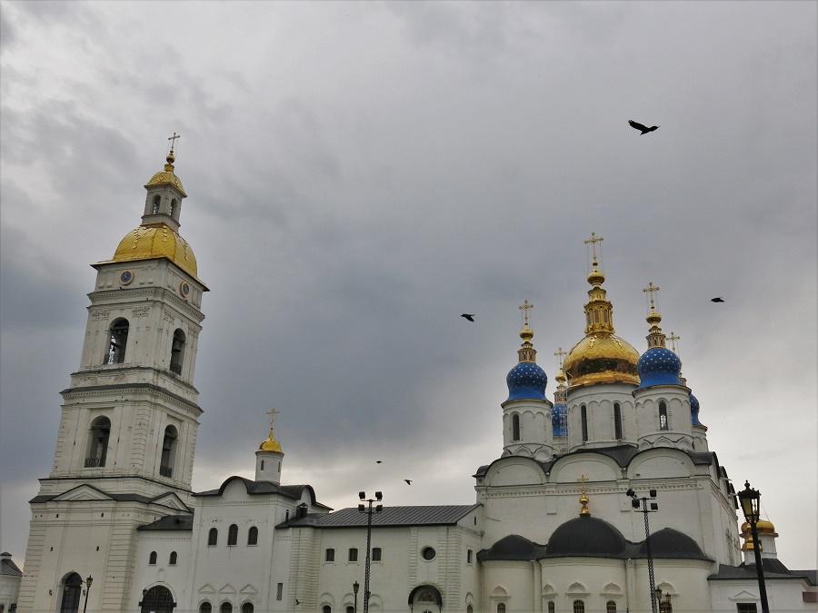 Eh oui, Tobolsk aussi a son kremlin ! Et c'est même le plus joli, le plus charmant des trois kremlins que j'ai eu le plaisir de visiter. Un vrai bonheur, avec ses petites maisons anciennes, sa jolie cathédrale et ses nuées d'oiseaux... Et le tout d'un CALME qui m'a fait un bien fou après les dix jours de grande ville et de train que je venais de vivre.