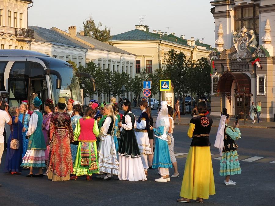 Le jour où j'ai visité le kremlin de Kazan, il se tramait un évènement culturel dont je n'ai pas saisi les détails... Des cars entiers de jeunes filles en costume traditionnel ont débarqué au coucher du soleil. Toutes excitées, elles se prenaient mutuellement en photo tandis que les dépassaient des jeunes musiciens endimanchés. J'imagine que c'était une grosse teuf à la gloire de la république du Tatarstan !