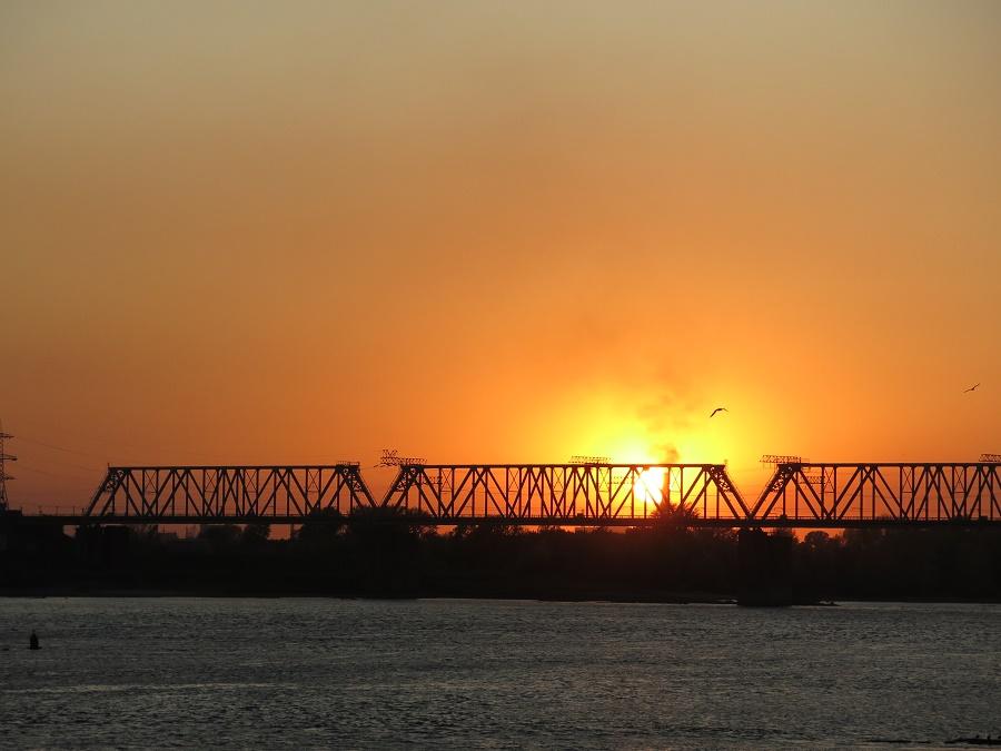 Pour conclure cette super journée entre nénettes, nous sommes allées voir le soleil se coucher sur l'Ob. Voici d'ailleurs le pont de la voie ferrée du transsibérien, par lequel j'étais arrivée à l'aube deux jours plus tôt !